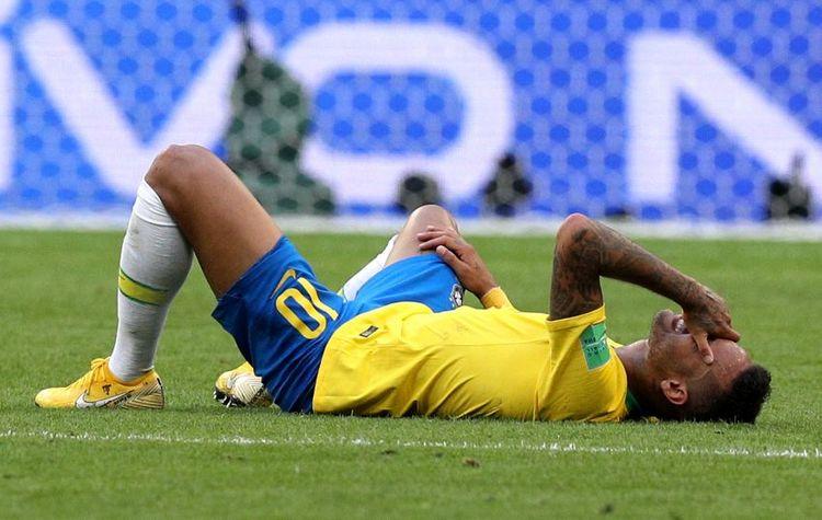 Neymar Jr. liegt auf dem Boden