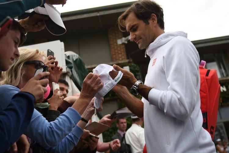 Roger Federer schreibt Autogramm für seine Fans