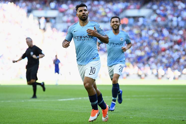 Sergio Agüero jubelt im Trikot von Manchester City